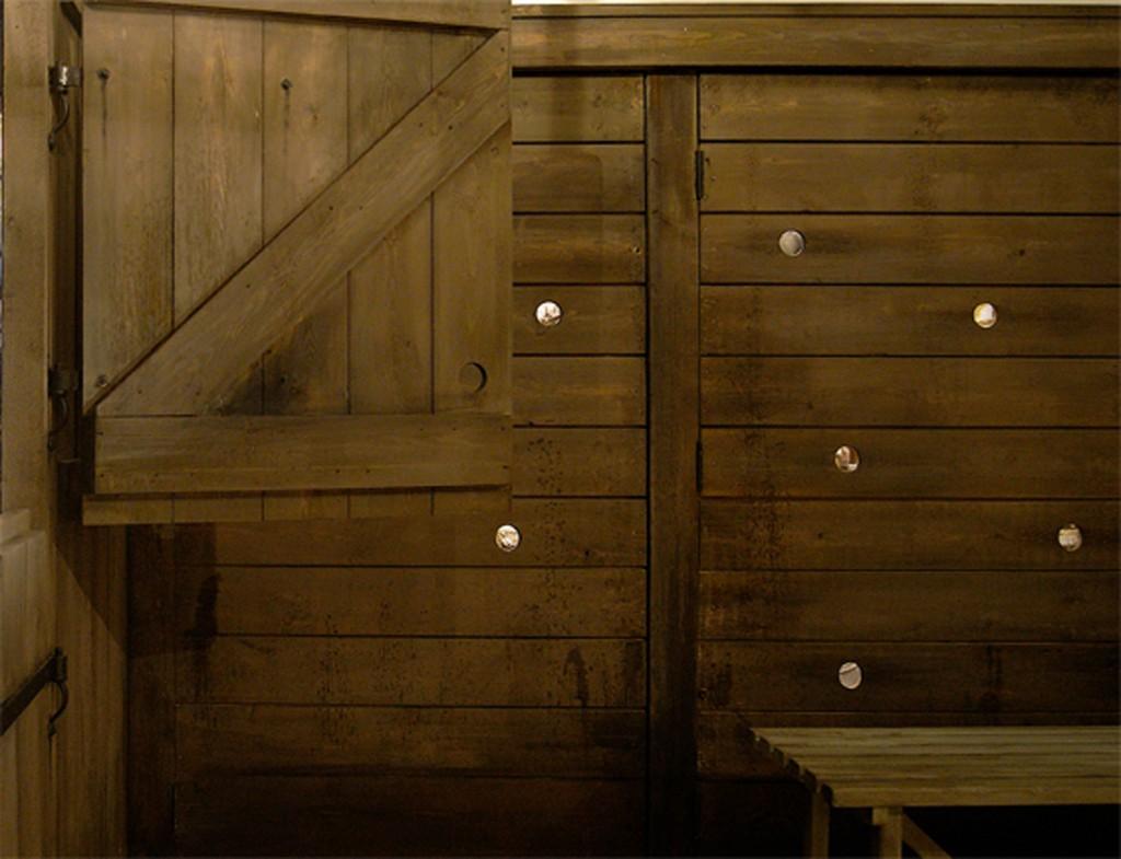 Baggård og plankeværk med kighuller