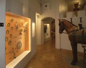 Originale-genstande-i-montre-og-hest